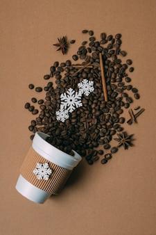 Bovenaanzicht gebrande koffiebonen met kaneel