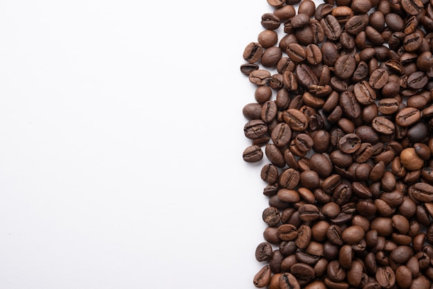 Bovenaanzicht gebrande koffiebonen met kopie ruimte