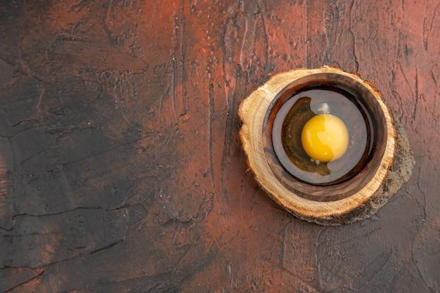 Bovenaanzicht gebroken rauw ei in plaat
