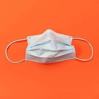 Bovenaanzicht gebruikt blauw chirurgisch masker