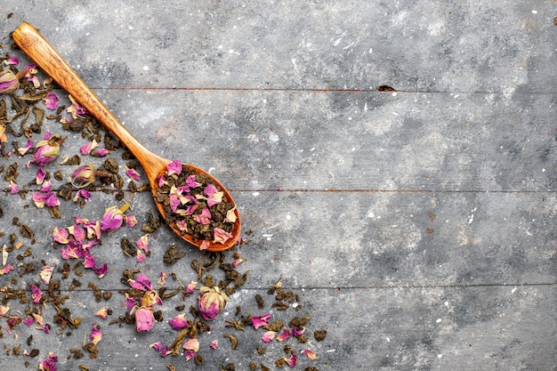 Bovenaanzicht gedroogde bloemen op grijs bureau