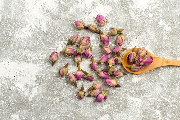 Bovenaanzicht gedroogde paarse bloemen op witte backgorund plant boom bloem