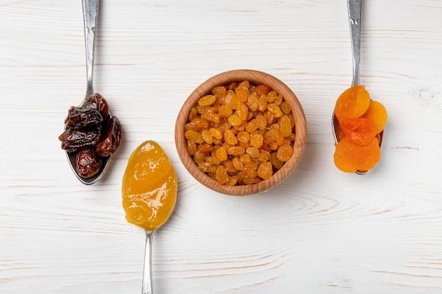 Bovenaanzicht gedroogde vruchten arrangement