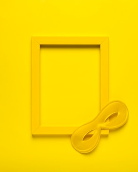 Bovenaanzicht geel carnaval masker met geel frame