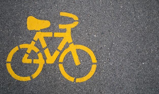 Bovenaanzicht, geel fietssymbool op straat in stedelijke stad