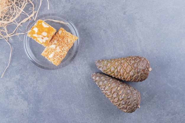 Bovenaanzicht. geel traditioneel turks fruit en decoratieve dennenappels.