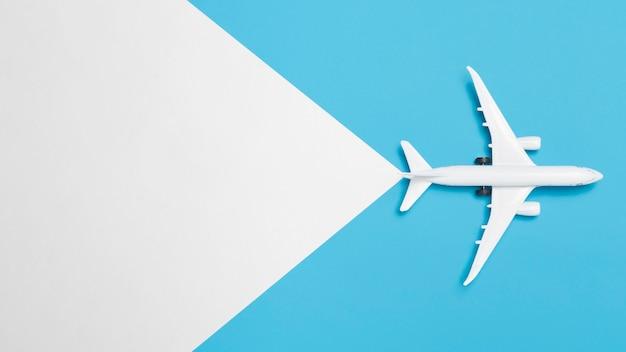 Bovenaanzicht geen vakantieconcept met vliegtuig