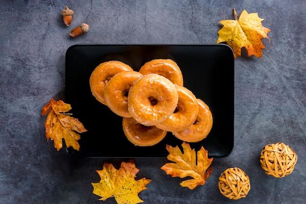 Bovenaanzicht geglazuurde donuts op plaat