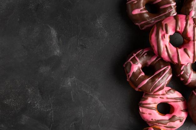 Bovenaanzicht geglazuurde donuts