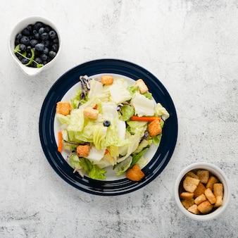 Bovenaanzicht gehakte salade met croutons