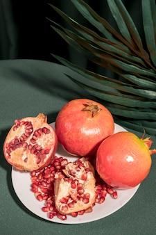 Bovenaanzicht gehalveerde granaatappel op een bord