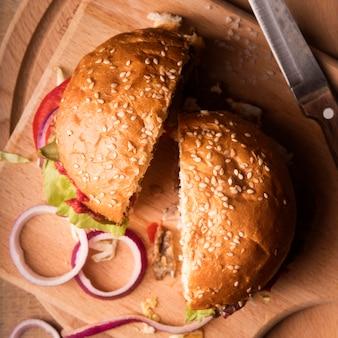 Bovenaanzicht gehalveerde hamburger op houten bord