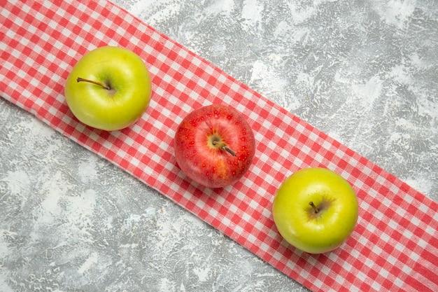 Bovenaanzicht gekleurde appels vers en zacht fruit op witte achtergrond appelfruit rijp vers zacht