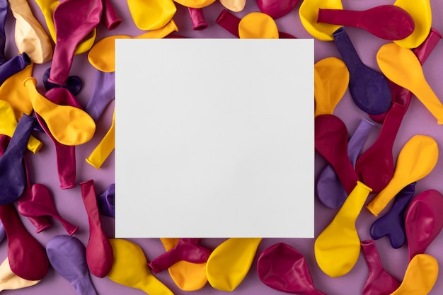 Bovenaanzicht gekleurde ballonnen papier kopie ruimte