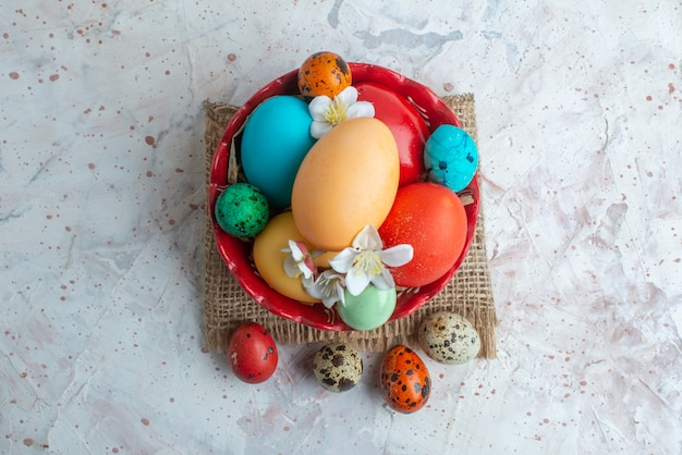 Bovenaanzicht gekleurde beschilderde eieren binnen plaat op witte achtergrond lente novruz kleurrijke vakantie sierlijke horizontaal