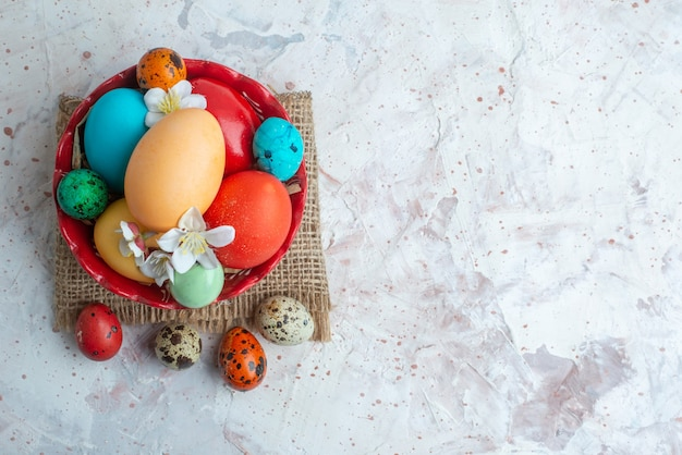 Bovenaanzicht gekleurde beschilderde eieren binnen plaat op witte achtergrond lente novruz vakantie sierlijke horizontaal