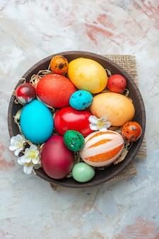 Bovenaanzicht gekleurde beschilderde eieren binnen plaat op witte achtergrond suiker kleurrijke sierlijke novruz zoete lente vakantie dessert