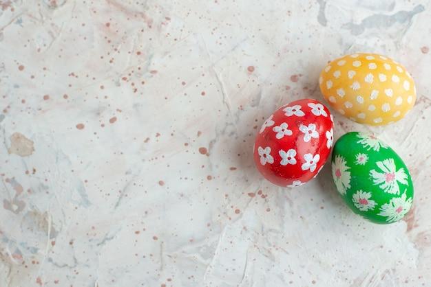 Bovenaanzicht gekleurde beschilderde eieren op witte achtergrond horizontale novruz lente concept kleurrijke sierlijke vakantie