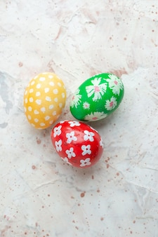 Bovenaanzicht gekleurde beschilderde eieren op witte achtergrond horizontale novruz lente vakantie concept kleurrijke sierlijke