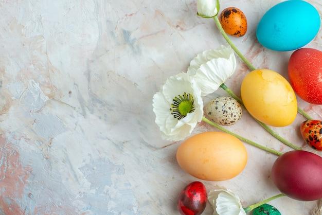 Bovenaanzicht gekleurde beschilderde eieren op witte achtergrond suiker kleurrijk lente vakantie sierlijke novruz sweet