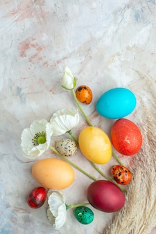 Bovenaanzicht gekleurde beschilderde eieren op witte achtergrond suiker kleurrijke novruz zoete lentevakantie sierlijke