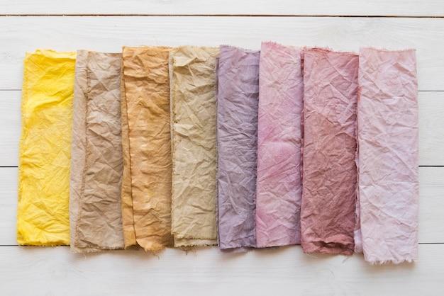 Bovenaanzicht gekleurde doeken arrangement met natuurlijke pigmenten