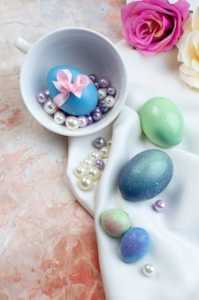 Bovenaanzicht gekleurde paaseieren met kralen op lichte achtergrond concept horizontale kleurrijke vakantie sierlijke paas lente