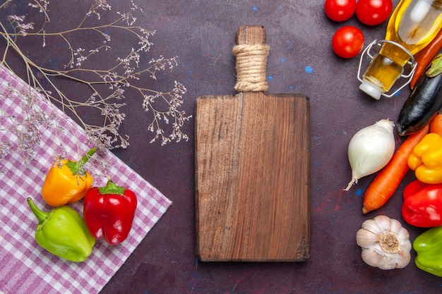 Bovenaanzicht gekleurde paprika met verse groenten op grijze ondergrond plantaardige peper pittig warm eten