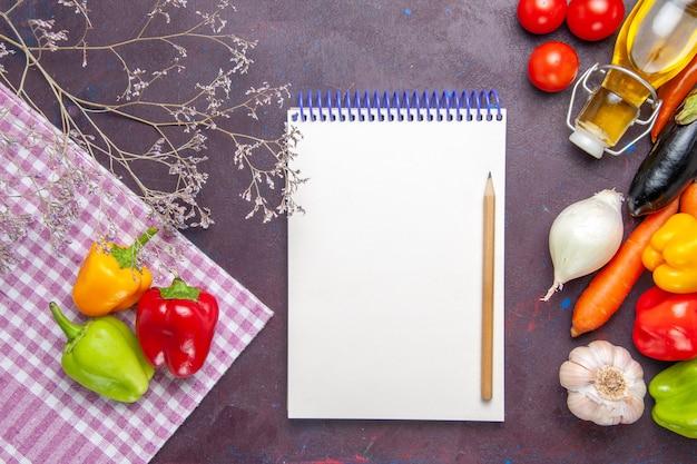 Bovenaanzicht gekleurde paprika verse groenten op grijs oppervlak plantaardige peper pittig warm eten