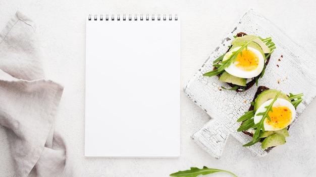 Bovenaanzicht gekookt ei op een snijplank
