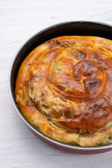 Bovenaanzicht gekookt greens gebak in pan op de witte achtergrond voedsel maaltijd gebak groen
