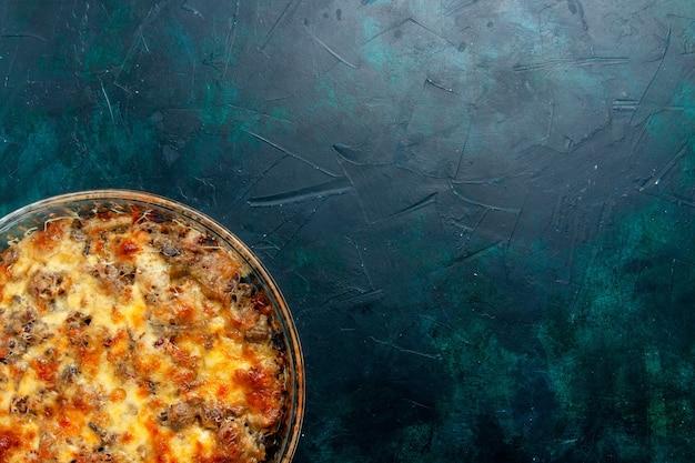 Bovenaanzicht gekookt vleesmaaltijd met groenten en gesneden vlees samen met kaas op donker bureau eten vleesmaaltijd gerecht diner oven bakken