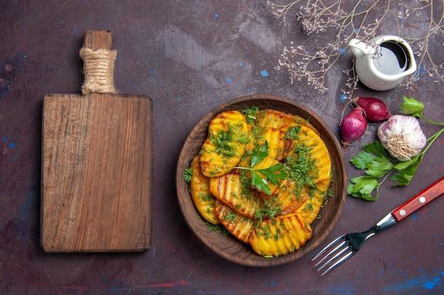 Bovenaanzicht gekookte aardappelen heerlijke schotel met groenten op het donkere oppervlak koken maaltijdschotel aardappel diner