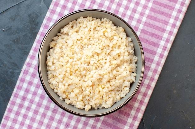 Bovenaanzicht gekookte alkmaarse gort, dieetmaaltijd, granen eten rijst