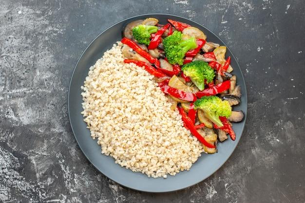 Bovenaanzicht gekookte alkmaarse gort met gekookt met groenten