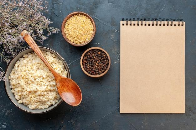 Bovenaanzicht gekookte alkmaarse gort met notitieboekje