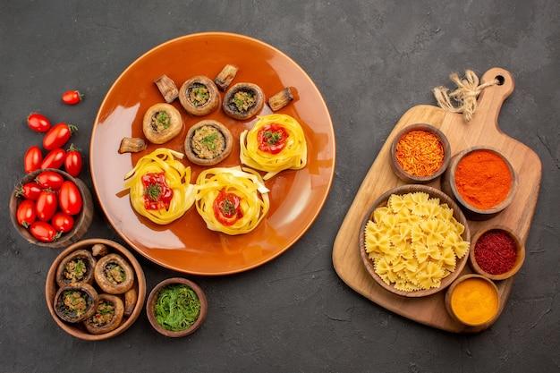 Bovenaanzicht gekookte champignons met deeg pasta op donkere tafel eten maaltijd diner schotel