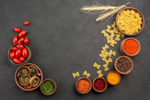 Bovenaanzicht gekookte champignons met kruiden op donkere tafel pasta veel peper
