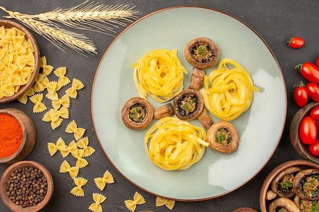 Bovenaanzicht gekookte champignonsmaaltijd met kruiderijen op het diner van de donkere bureaumaaltijd