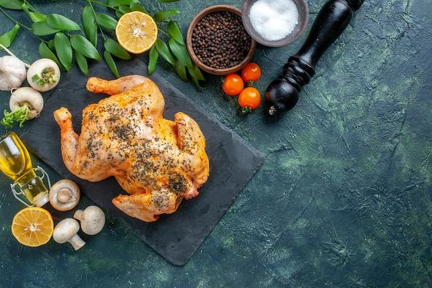 Bovenaanzicht gekookte gekruide kip op het donkere oppervlak
