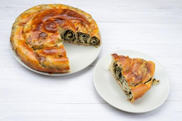 Bovenaanzicht gekookte greens gebak ronde binnenkant witte plaat bureau maaltijd eten gebak lunch greens