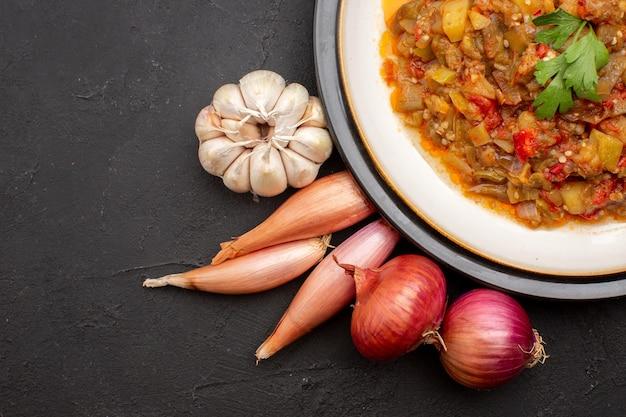 Bovenaanzicht gekookte groentemaaltijd in plaat op grijze achtergrondmaaltijdvoedsel schotel