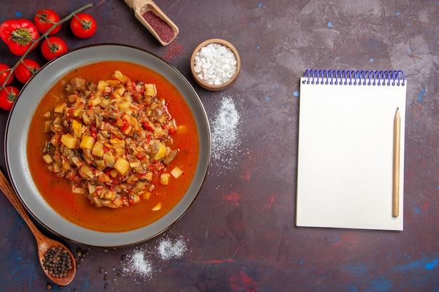 Bovenaanzicht gekookte groenten gesneden met saus op de donkere achtergrond maaltijdsaus eten diner soep groente