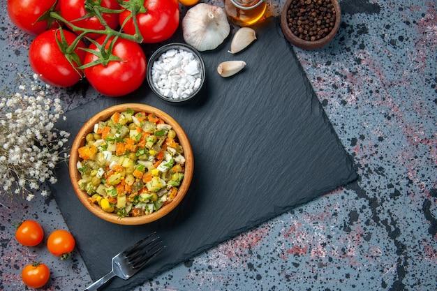 Bovenaanzicht gekookte groentesalade met rode tomaten, voedselsalade kleur lunch broodmaaltijd