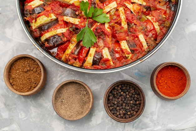 Bovenaanzicht gekookte groenteschotel gekookt in oven met kruiden op de heldere tafel