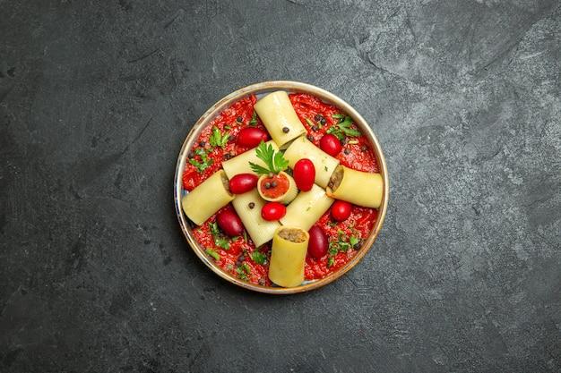 Bovenaanzicht gekookte italiaanse pasta heerlijke maaltijd met vlees en tomatensaus op grijze achtergrond deegwaren vleesgerecht voedsel