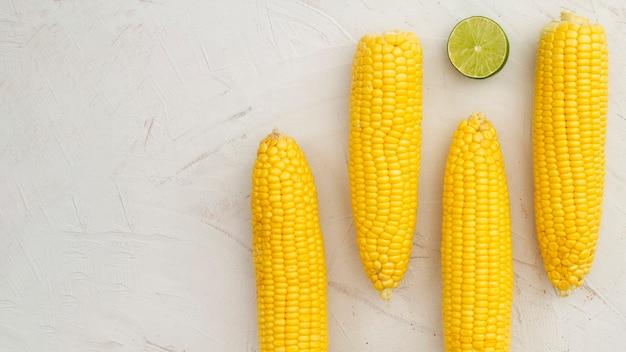 Bovenaanzicht gekookte maïs met kopie ruimte