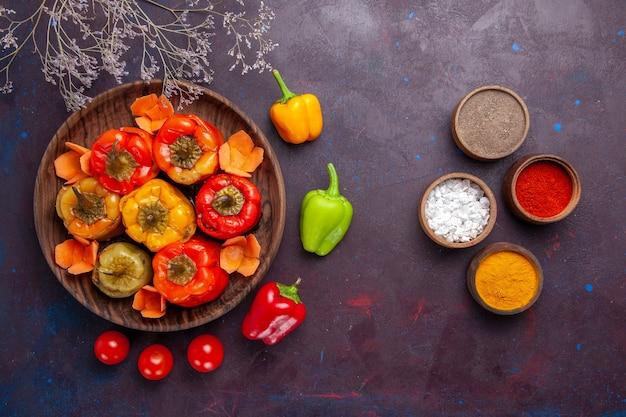 Bovenaanzicht gekookte paprika met gehakt en kruiden op grijs oppervlak maaltijd plantaardig rundvlees vlees eten