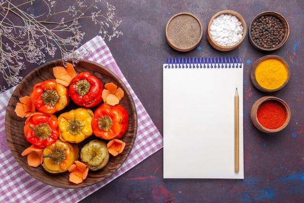 Bovenaanzicht gekookte paprika met gehakt en kruiden op het donkere oppervlak vlees groente rundvlees maaltijd eten