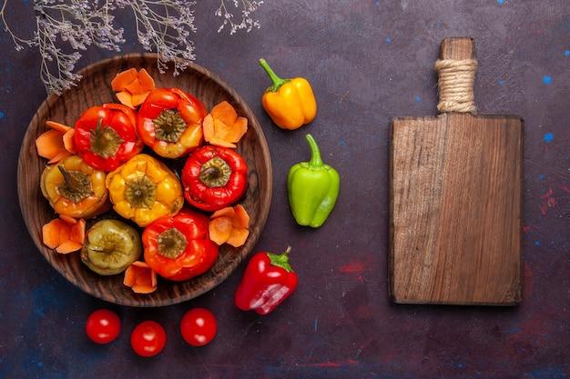 Bovenaanzicht gekookte paprika met gehakt op donkergrijs oppervlak vlees groenten rundvleesmeel